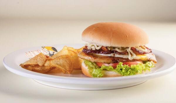 Combo burger filé de frango + batata chips + refri