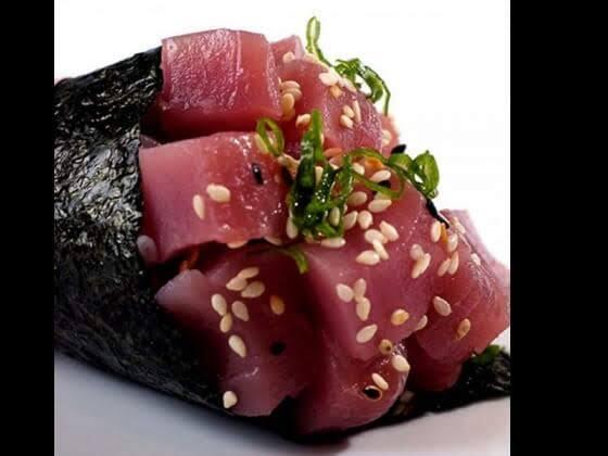 Temaki de atum com cebolinha e gergelim