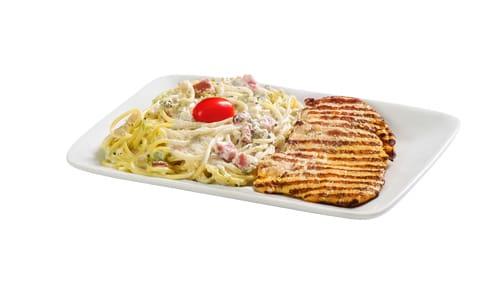 Prato frango com spaghetti ao molho branco, bacon e brócolis
