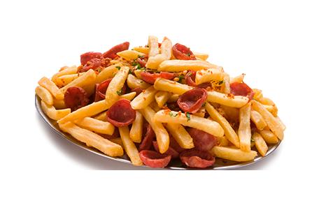 Porção de batata frita com calabresa