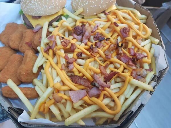 2 hamburger ,batata chedar e bacon,8 nugts e molho