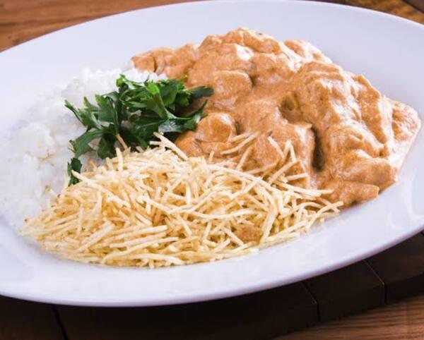 Estrogonofe de frango com arroz branco e batata palha