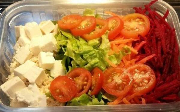 Frango desfiado, cenoura, milho, tomate cereja, e folha