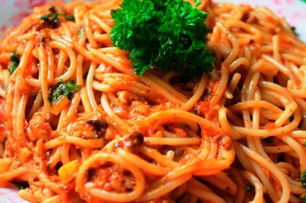 Promoção 1 espaguete grande mais um refrigerante guarana 269 ml
