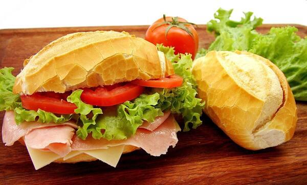 Lanche pao frances presunto e queijo maionese e salada frio