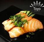 Sashimi salmão com tarê e cebolinha.
