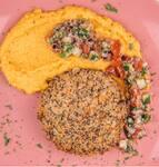 Quibe de quinoa com homus de abóbora e tabule (vegano)
