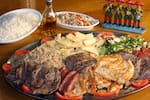 Churrasco misto completo c/ carne, frango, linguiça, carré, arroz, farofa de ovo, fritas e vinagrete