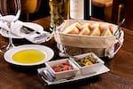Coperto (pão italiano & antepastos do dia)