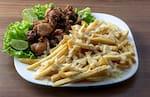 Porção de fritas com queijo e frango a passarinho