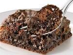 Bolo molhado de chocolate meio amargo com calda chocolate ao leite
