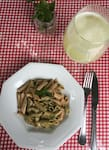 Vegetariano = penne integral ao pesto + limonada