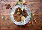 Quibe de abóbora recheado, legumes salteados, arroz integral e feijão à moda da casa.