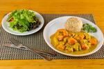 Frango ao curry com abóbora, arroz integral e salada verde
