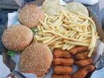 3 hamburguer,batata frita ,8 nugts ,4 ovos de codorna ,3 pasteis e 1molho gratis 3 refri lata
