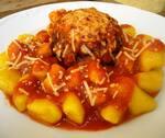 Polpetone de filé mignon ao molho de tomate e nhoque de mandioquinha