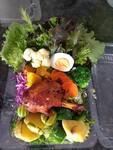 Mixer de verduras e legumes com coxa de frango assada