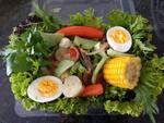Mixer de verduras e legumes com ovo cozido e bife bovino