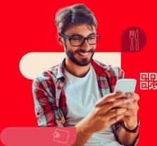 Imagem de homem usando o iFood Benefícios no celular