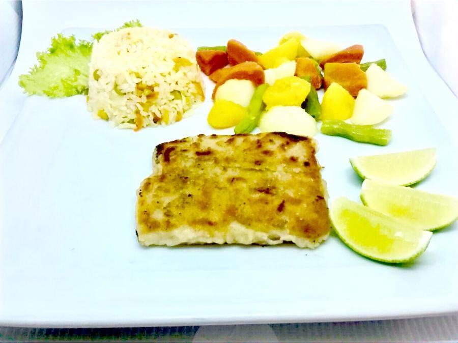 Pescada branca arroz a grega e panache de legumes