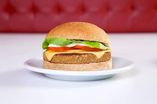 Cheese grao de bico veggie burger salada