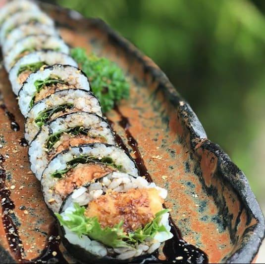 Uramaki futomaki koi (10 peças) alga por fora