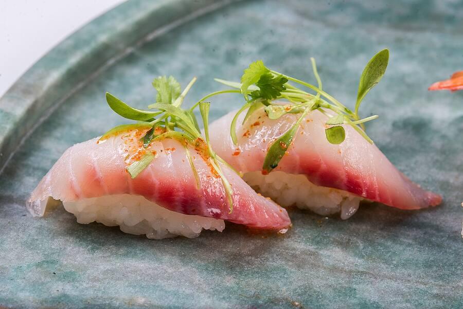 Niguiri peixe branco com coentro (2 unidades)