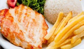 Bom e barato! Filé de frango grelhado. Acompanha arroz e fritas (ou purê ou feijão)